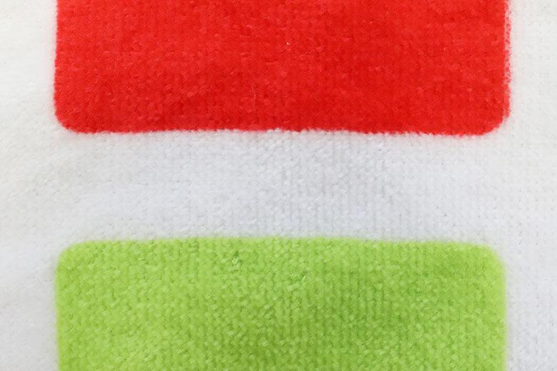 タオルに赤と緑をプリント