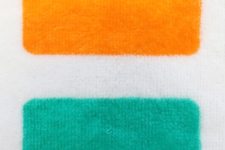 タオルにオレンジと緑をプリント