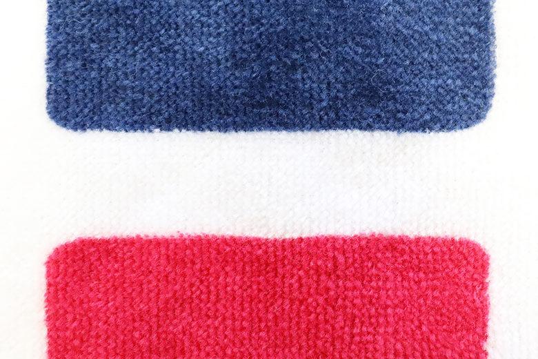 タオルに紺と赤をプリント