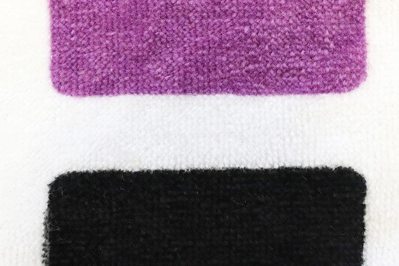 タオルに紫と黒をプリント